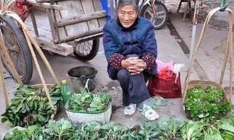 『去街边买』允许摆地摊了,为何年轻人宁愿超市买贵菜,也不买街边老人的菜?